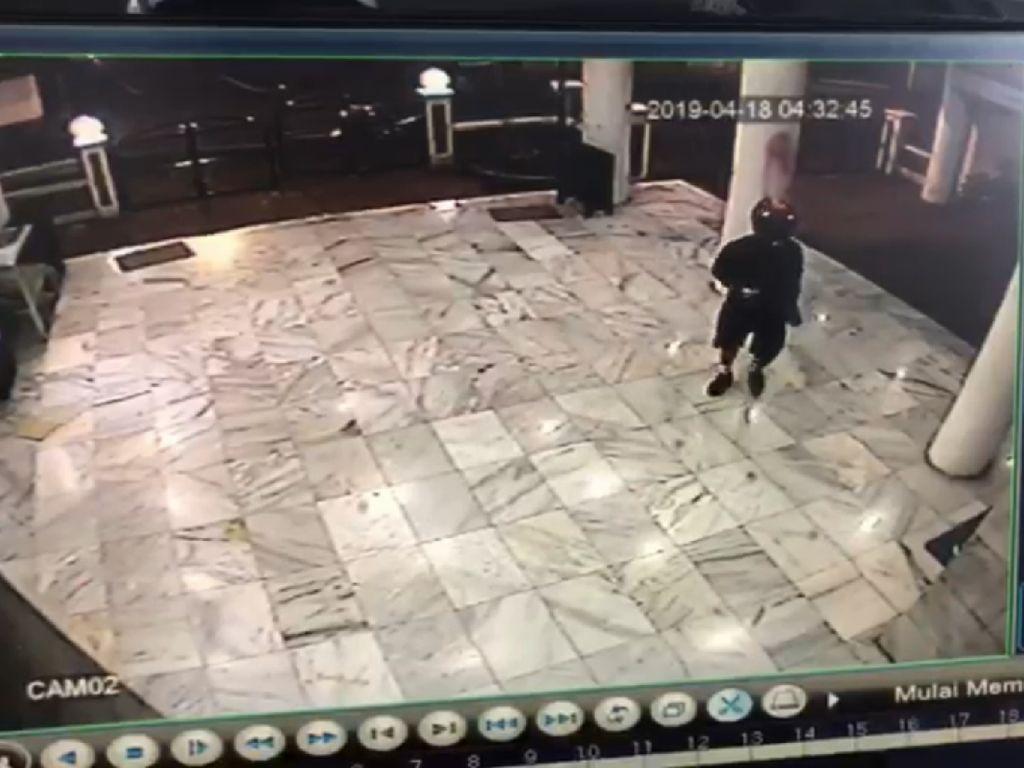 Rekaman CCTV Detik-detik Pria Gambar Kemaluan di Masjid Cilandak