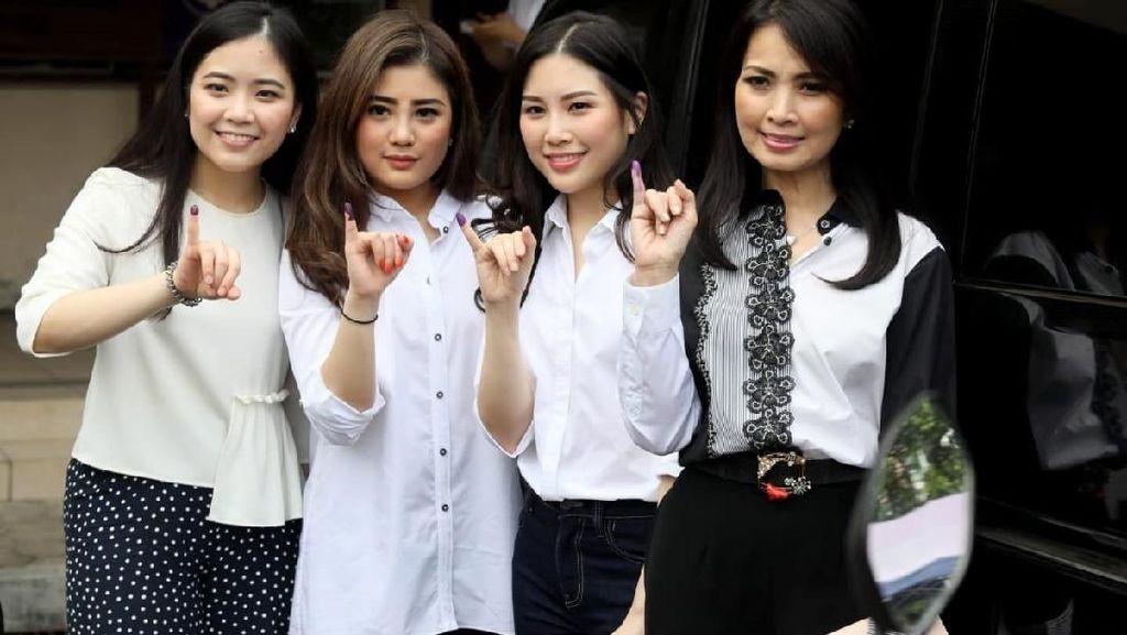Nyoblos di Jakarta, Keluarga HT Kompak Berbaju Putih