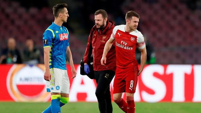 Aaron Ramsey mengalami cedera saat Arsenal menang atas Napoli di Liga Europa (Foto: Matthew Childs/Action Images via Reuters)