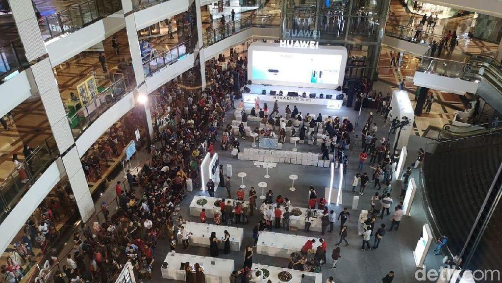 Antrean Mengular Penjualan Perdana Huawei P30 di Jakarta
