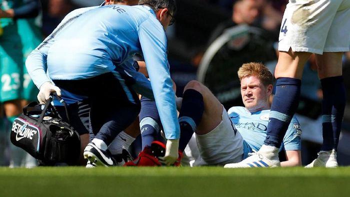Gelandang Manchester City Kevin De Bruyne mengalami cedera otot saat menghadapi Tottenham Hotspur di Etihad Stadium, Sabtu (20/4/2019). (Foto: Phil Noble/Reuters)