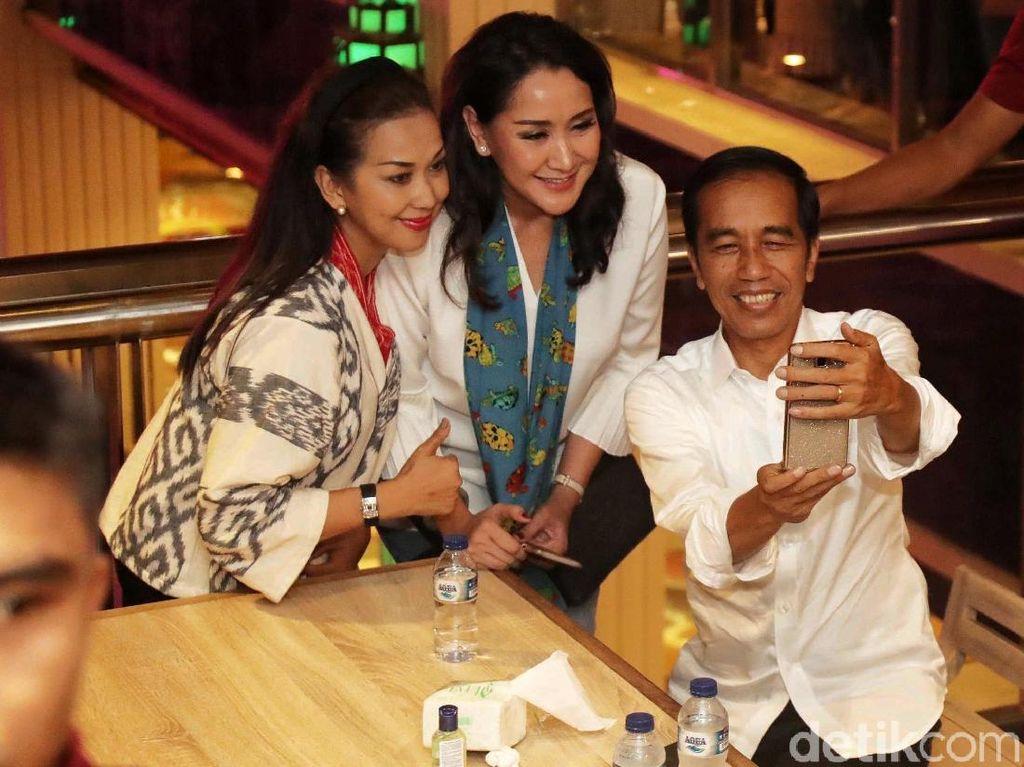 Makan Siang di Grand Indonesia, Jokowi Jadi Sasaran Wefie