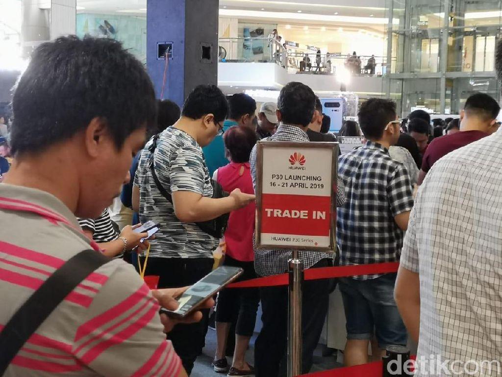 Rela Antre dari Jumat Malam Demi Dapat Huawei P30