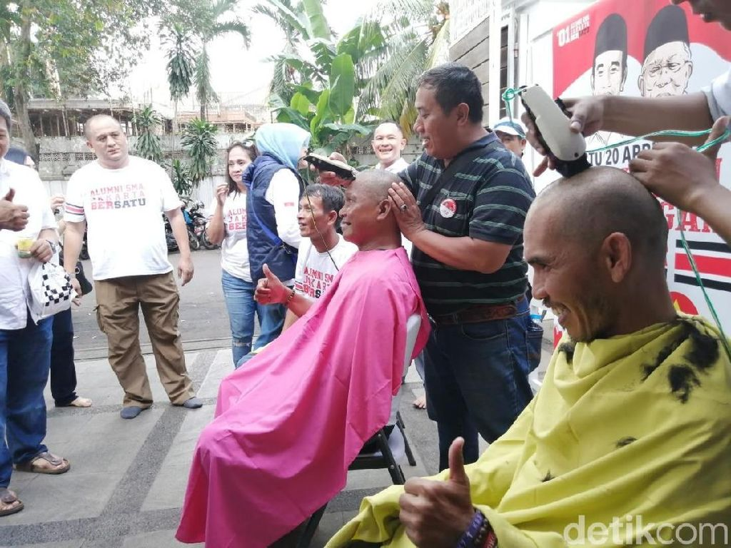 Jokowi Menang Versi Quick Count, Pendukung Selebrasi Gunduli Kepala