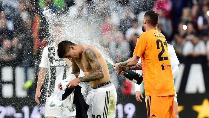 Pemain Juventus berpesta usai mengunci titel juara Liga Italia, dengan mengalahkan Fiorentia 2-1 di Allianz Stadium, Sabtu (20/4/2019). (Foto: Massimo Pinca/Reuters)