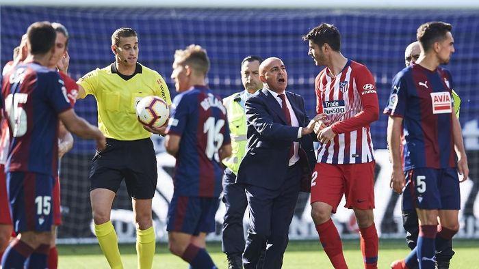 Striker Atletico Madrid Alvaro Morata marah kepada wasit karena menyentuh tengkuknya. (Foto: Juan Manuel Serrano Arce / Getty Images)