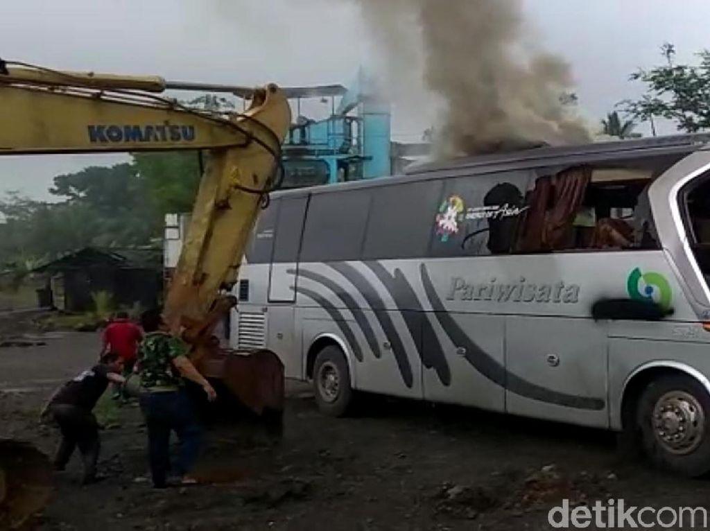 Dievakuasi, Bus Pelajar Tabrak Pohon di Sukabumi Keluarkan Asap