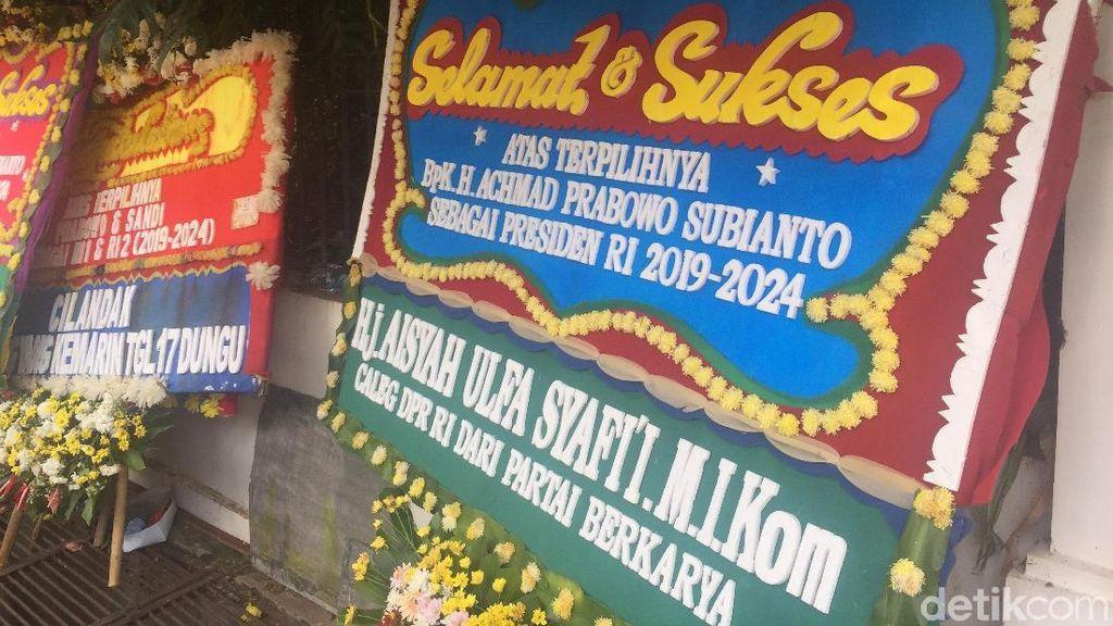 Penampakan Karangan Bunga di Kediaman Prabowo Subianto