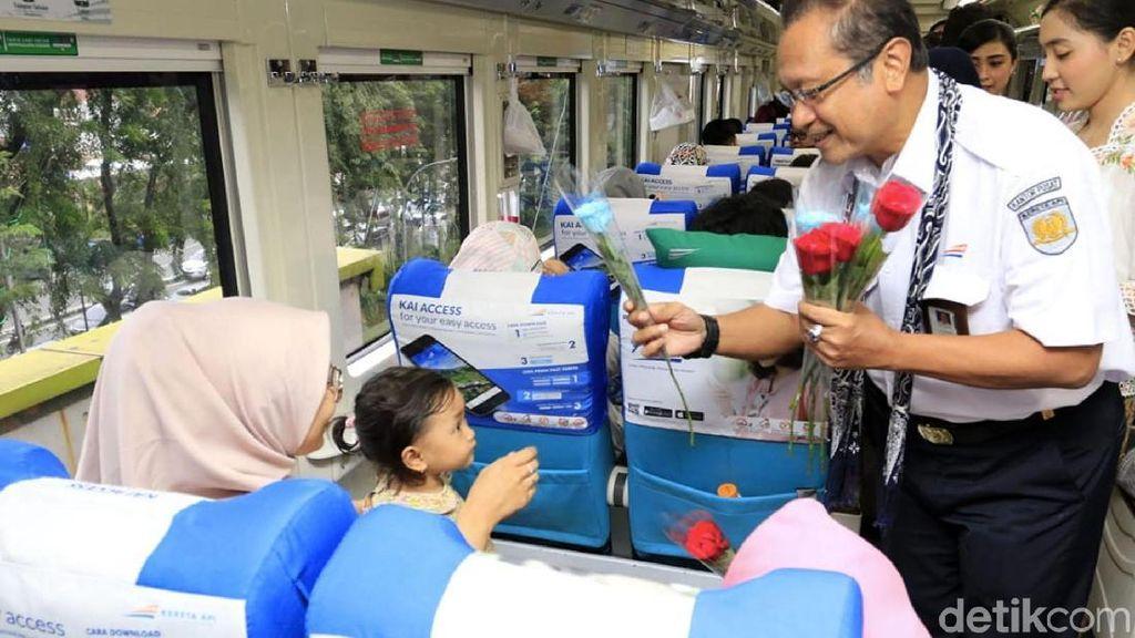 Hari Kartini, Dirut KAI Bagi-bagi Bunga ke Penumpang