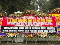 Karangan Bunga untuk Jokowi Penuhi Pagar Istana