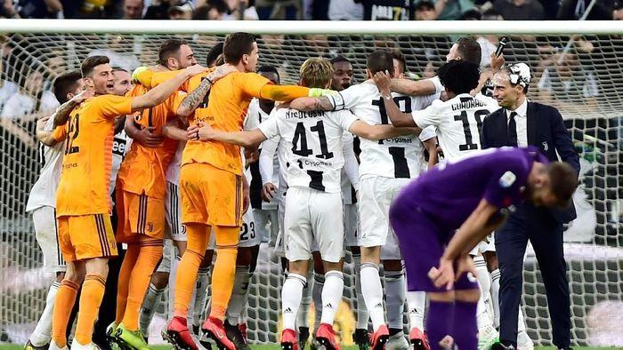 Pemain Juventus merayakan keberhasilan mengunci titel Scudetto Liga Italia 2018/2019, usai mengalahkan Fiorentina 2-1 di Allianz Stadium, Sabtu (20/4/2019. (Foto: Massimo Pinca/Reuters)