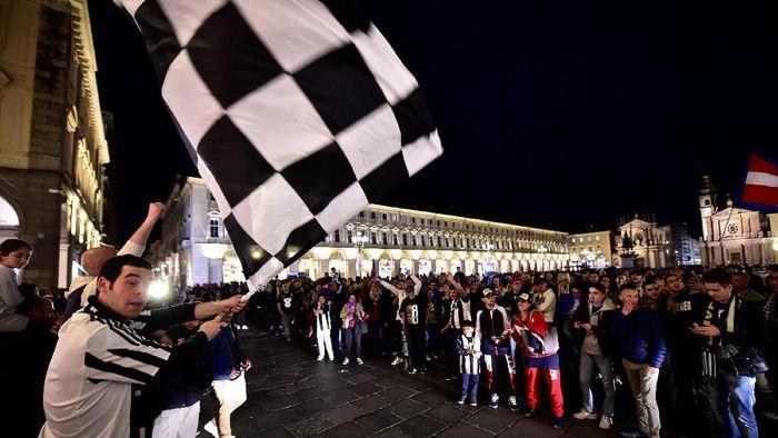 Fans Juventus merayakan keberhasilan Juventus menjuarai Liga Italia 2018/2019 di Turin Main Square. (Foto: Massimo Pinca/Reuters)