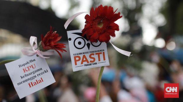 Aksi Emak-emak Prabowo Beri Kembang Anti-curang untuk KPU
