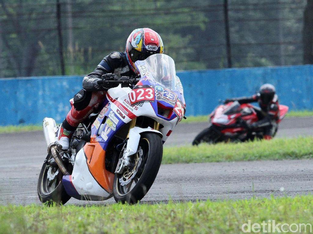 Pebalap CBR Race Day Adu Cepat di Kelas 250 cc Komunitas A
