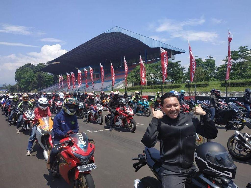 Omesh Panas-panasan Bareng Ratusan Bikers Honda di Sentul