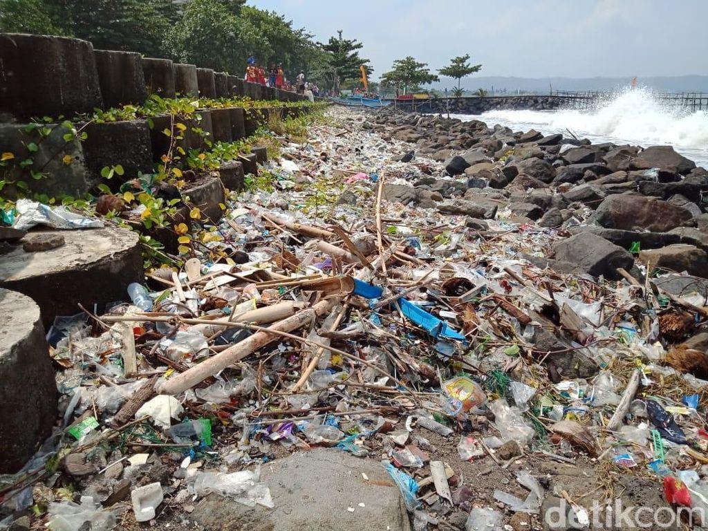 Miris, Pantai Pangandaran Dipenuhi Sampah Plastik