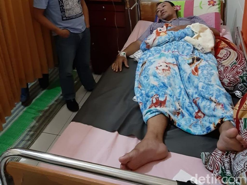 Diduga Kelelahan Hitung Suara, Petugas PPK di Jember Pingsan