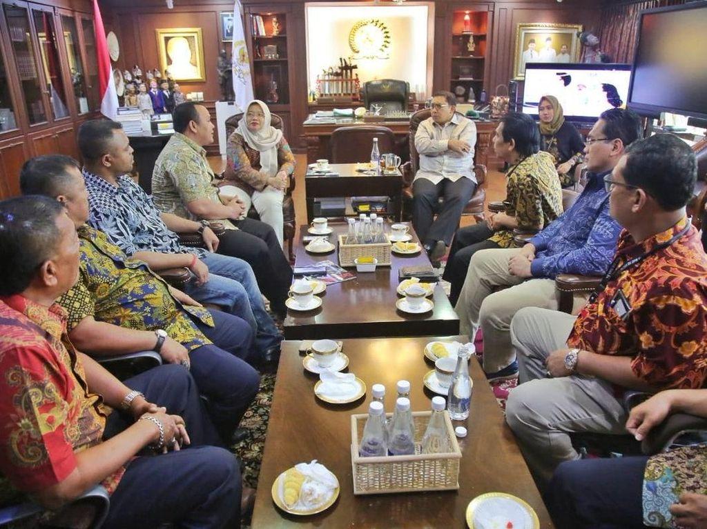 WNI Pro-Prabowo Malaysia Temui Fadli Zon di DPR, Adukan Surat Suara Tercoblos