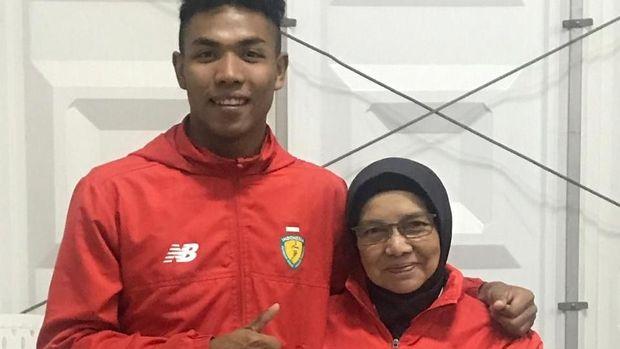 Lalu Muhammad Zohri bersama sang pelatih, Eni Nuraeni, di Kejuaraan Atletik Asia 2019 di Doha. (