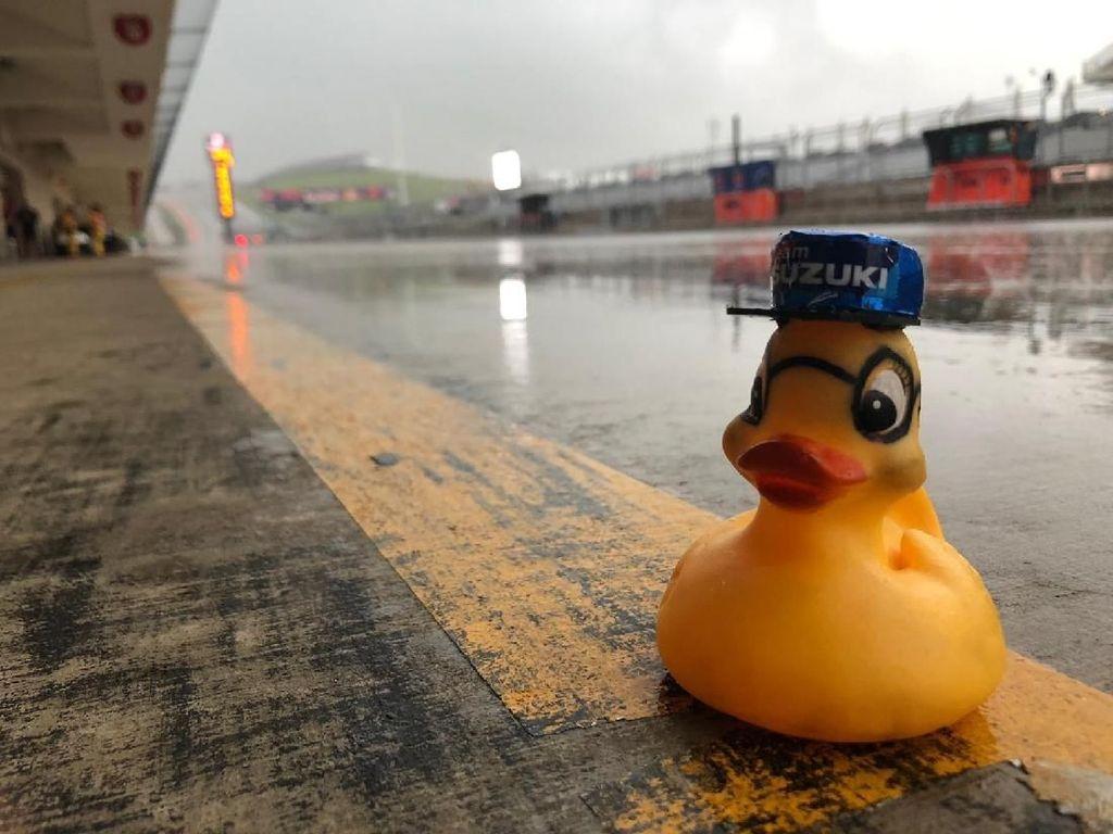 Maskot Tim MotoGP Suzuki di Kala Hujan Datang
