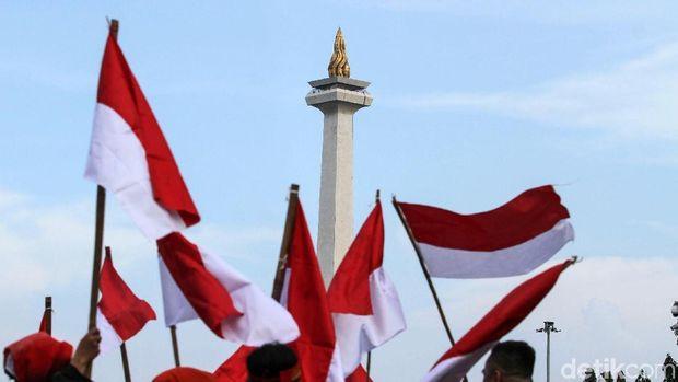 Massa dari Gerakan Jaga Indonesia mengibarkan bendera Merah Putih di Taman Aspirasi, Jakarta, Senin (22/4). Aksi kibarkan bendera ini guna untuk menjaga NKRI.