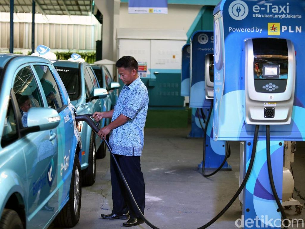 Taksi Listrik Blue Bird Bagus untuk Populerkan Kendaraan Listrik