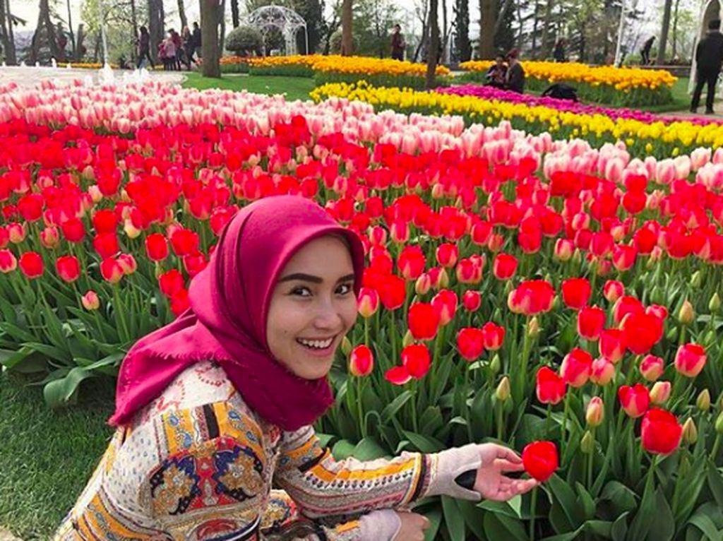 Adu Cantik Ayu Tingting dan Taman Bunga Tulip Turki