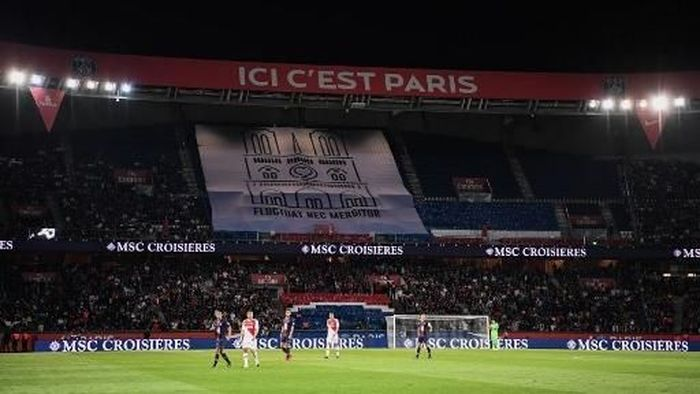 A banner showing a drawing of Notre-Dame de Paris cathedral, with the motto of the city of Paris