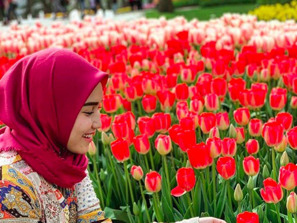 Foto: Cantiknya Ayu Tingting di Taman Bunga Tulip Turki