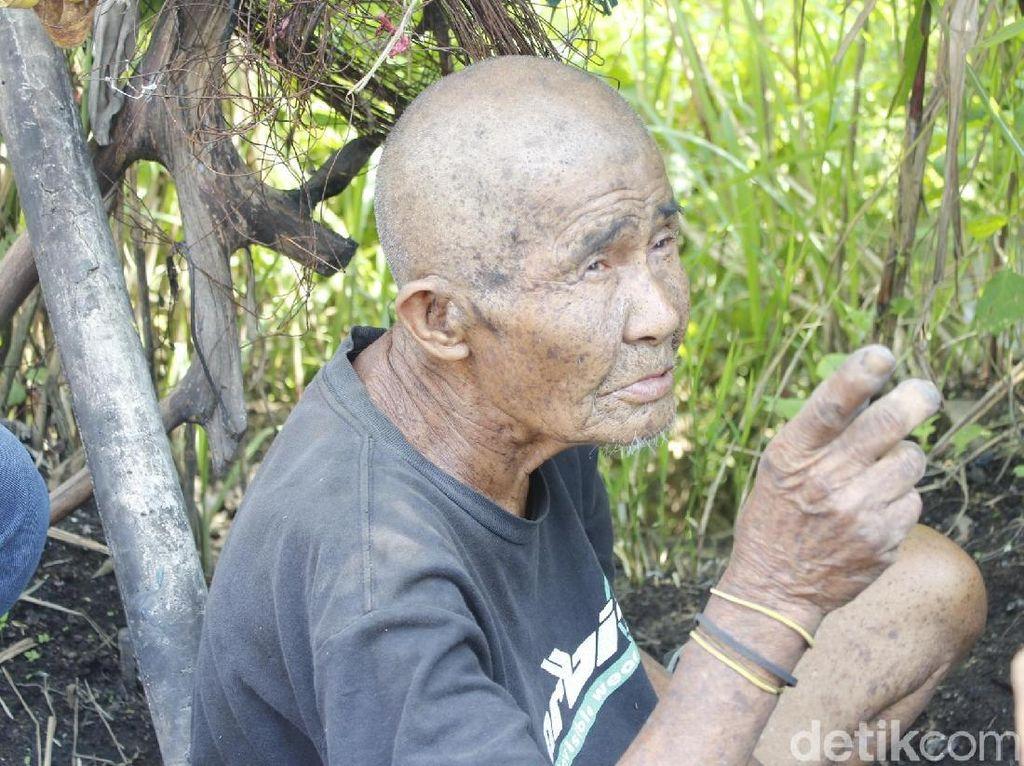 Relawan Bangun Saung untuk Kakek Penghuni Semak Belukar