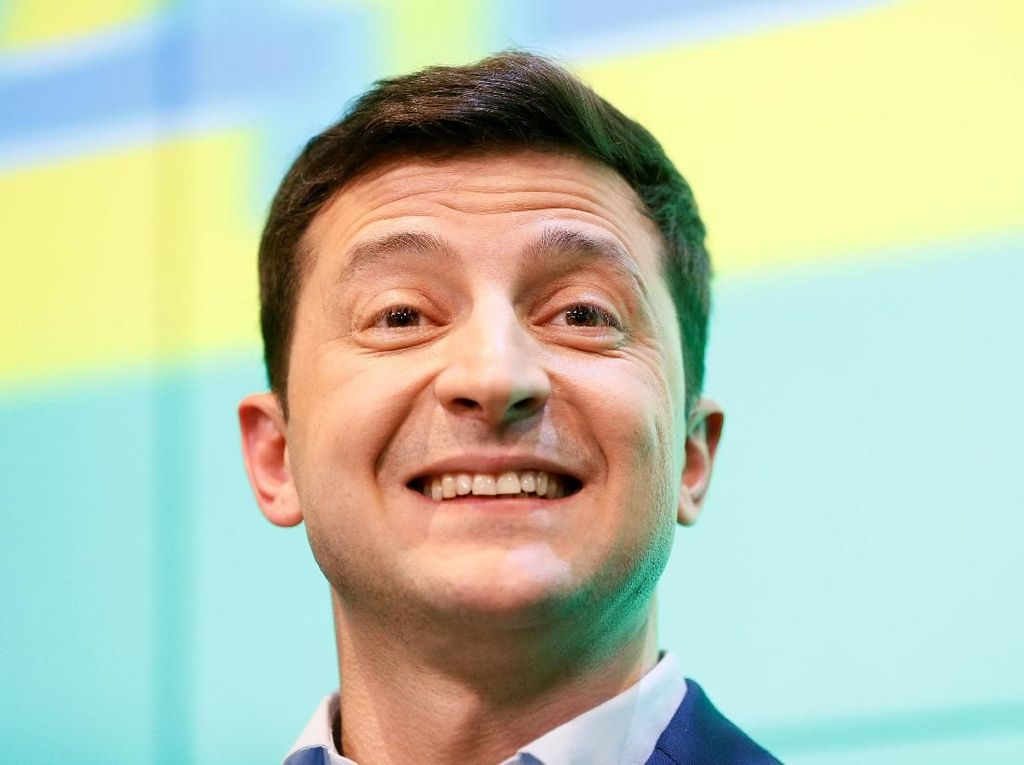 Pelawak yang Jadi Presiden Ukraina Berjalan Kaki ke Kantor Baru