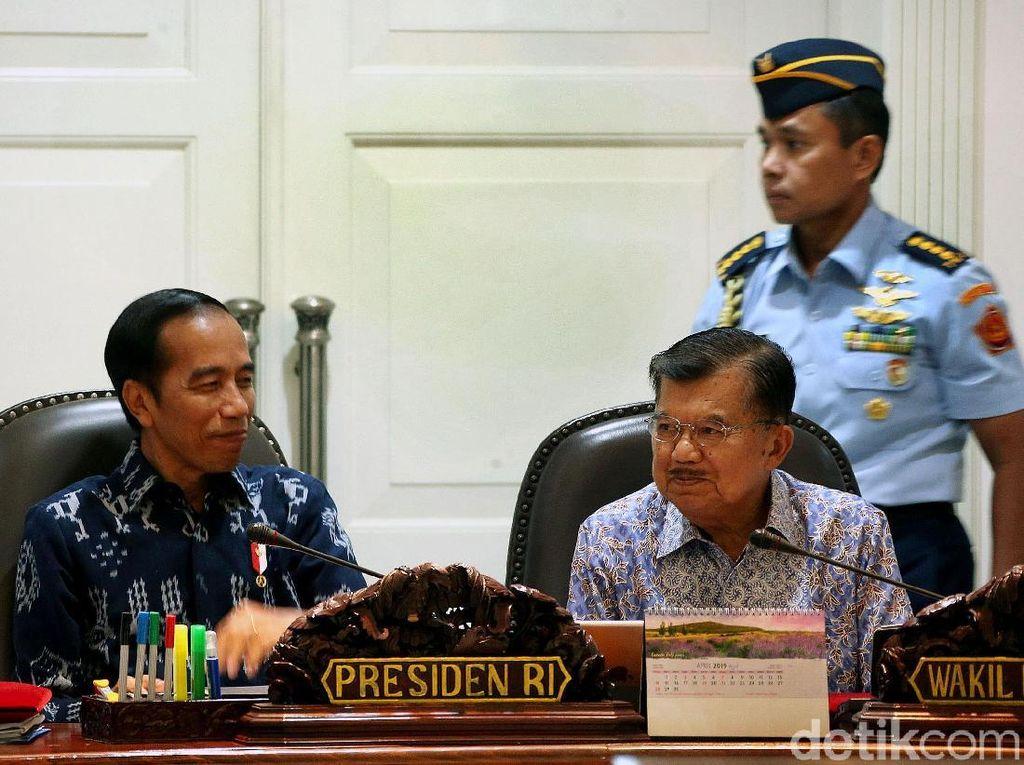 Senyum Jokowi Saat Pimpin Rapat Terbatas Bareng Menteri