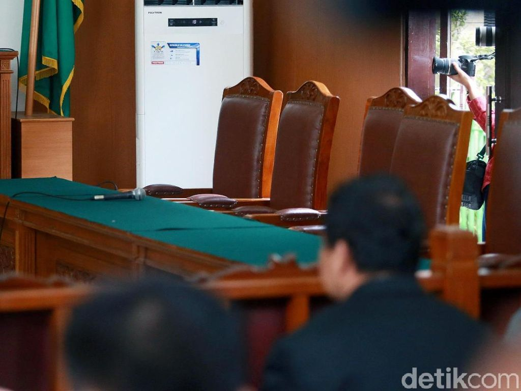 KPK Absen, Sidang Praperadilan Rommy Ditunda