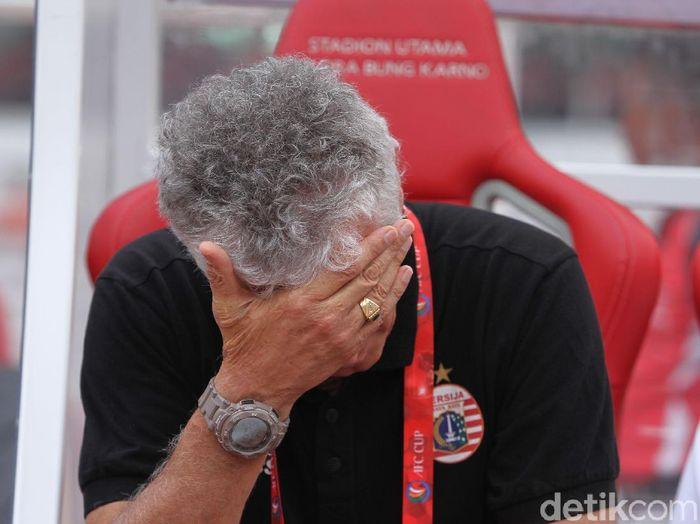 Ivan Kolev tertunduk lesu setelah Persija Jakarta membuang keunggulan dua gol dan akhirnya kalah 2-3 saat berhadapan dengan Ceres Negros ( Rifkianto Nugroho/detikSport)