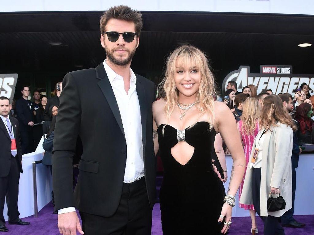 Duh! Miley Cyrus Tiba-tiba Dicium dan Dijambak Fans Agresif