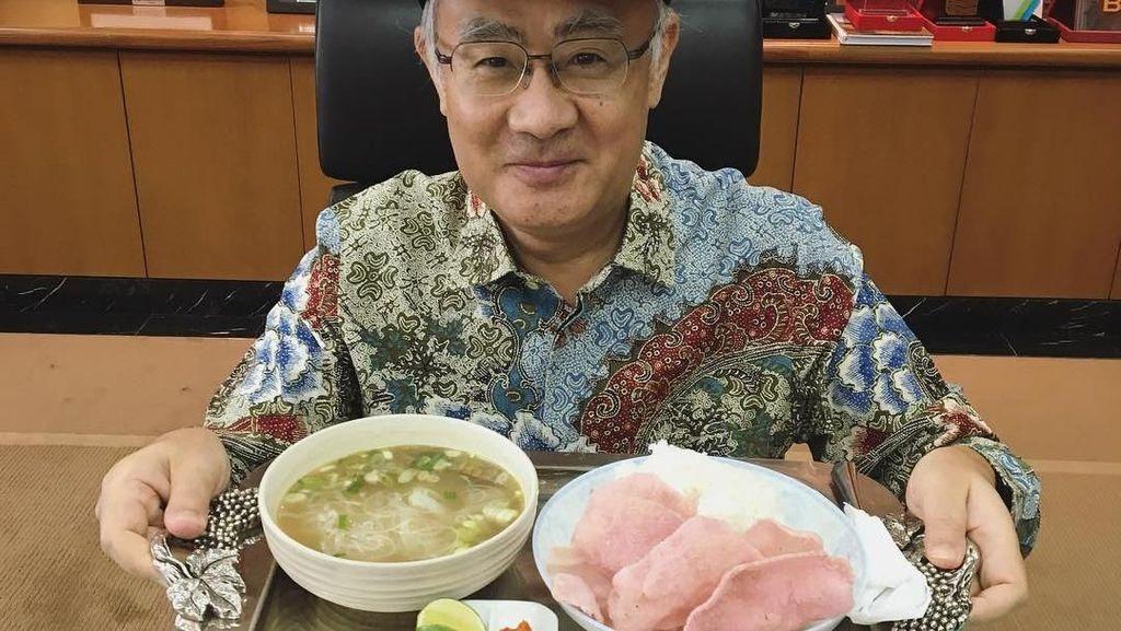 Potret Seru Gaya Kulineran Dubes Jepang yang Hobi Cicip Makanan Indonesia