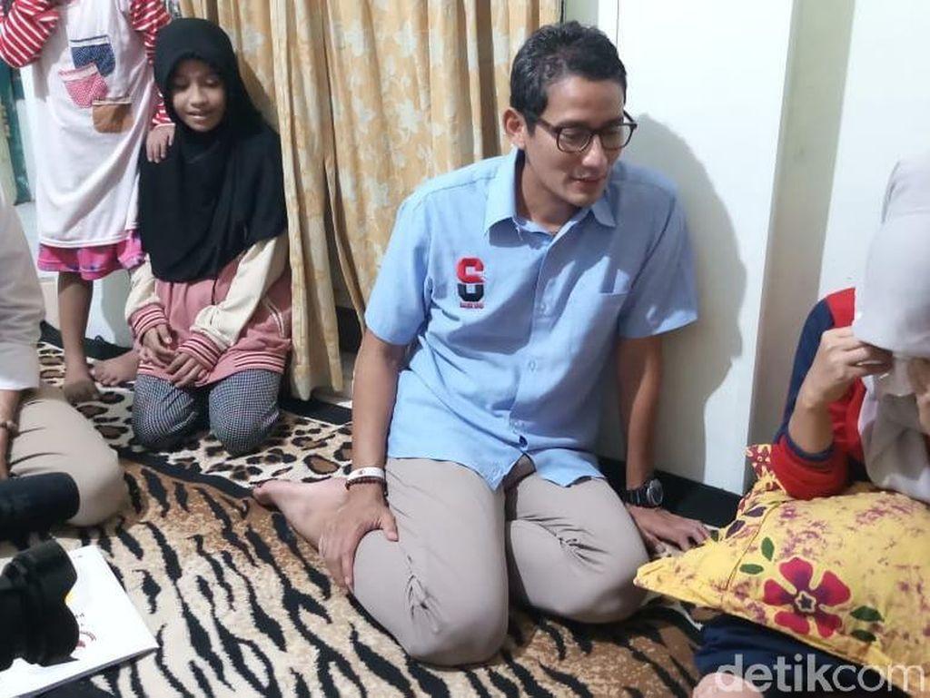 Sandi Jenguk Relawan yang Kecelakaan karena Kelelahan Kawal Kotak Suara