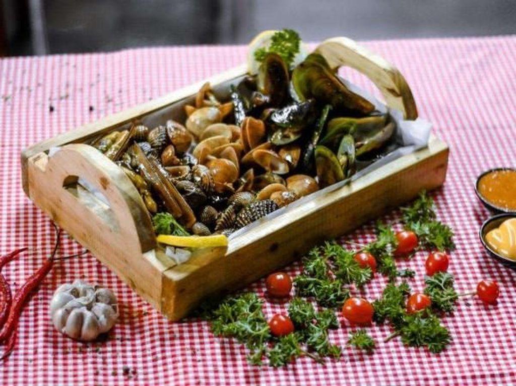 Bisa Nongkrong Asyik Sambil Makan Seafood di Resto Kekinian