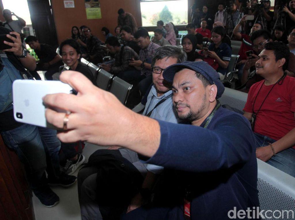Video Akrabnya Tompi-Rocky Selfie Bareng di Sidang Ratna Sarumpaet