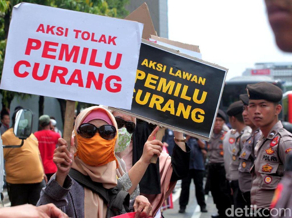 Massa Geruduk Bawaslu dalam Aksi Lawan Pemilu Curang