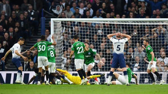 Tottenham Hotspur diimbangi Brighton & Hove Albion pada babak pertama. (Foto: Dylan Martinez/Reuters)
