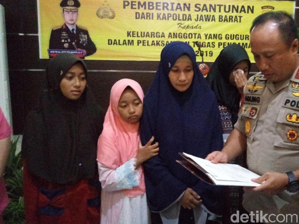 Kapolda Jabar Santuni Keluarga Polisi yang Meninggal Saat Amankan Pemilu