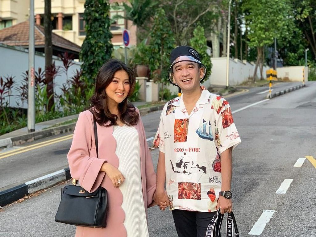 Ruben Onsu Beri Kado Taman Bacaan untuk Sarwendah