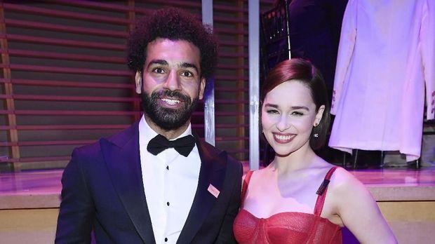 Mohamed Salah berpose bersama Emilia Clarke, pemeran utama di film seri Game of Thrones. (