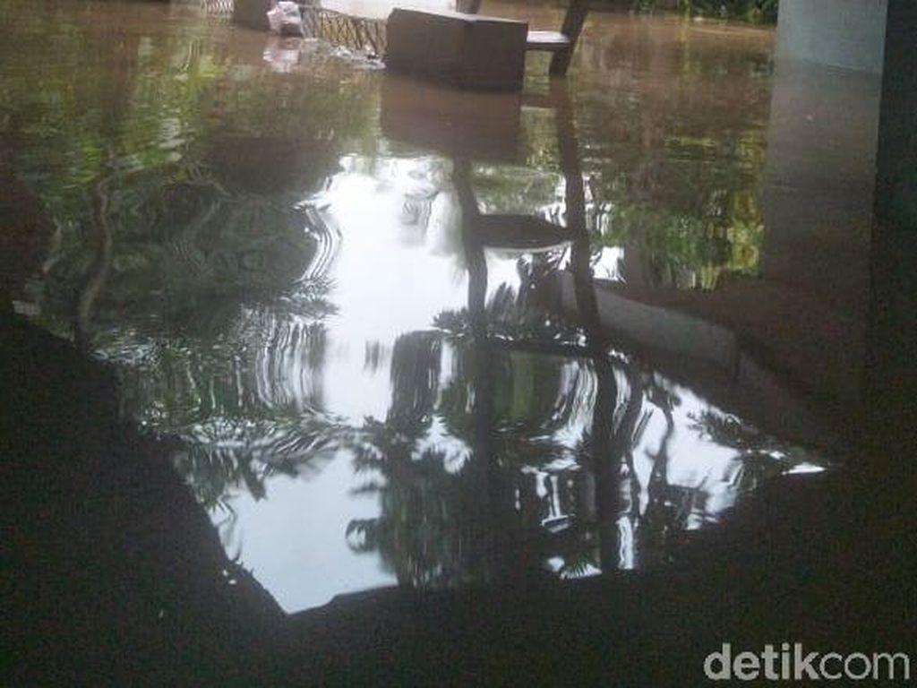 Sempat Kebanjiran, Warga Rawajati Jaksel Beres-beres Rumah dari Lumpur