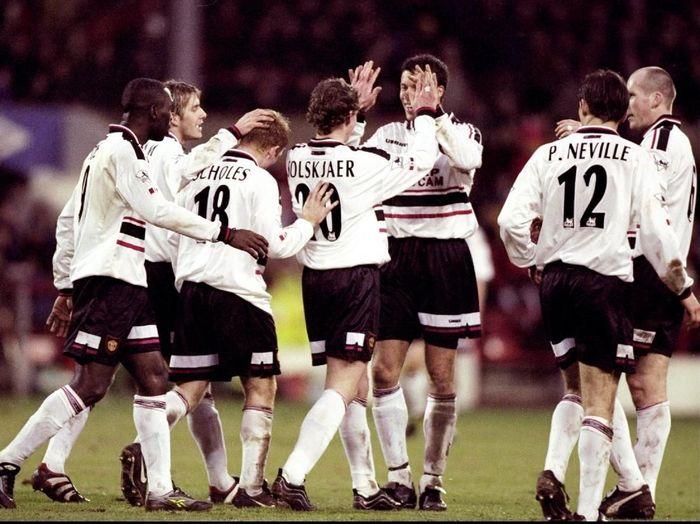 Manchester United merayakan salah satu kemenangan yang diraih di ajang Piala FA musim 1998/1999 (Mark Thompson /Allsport)