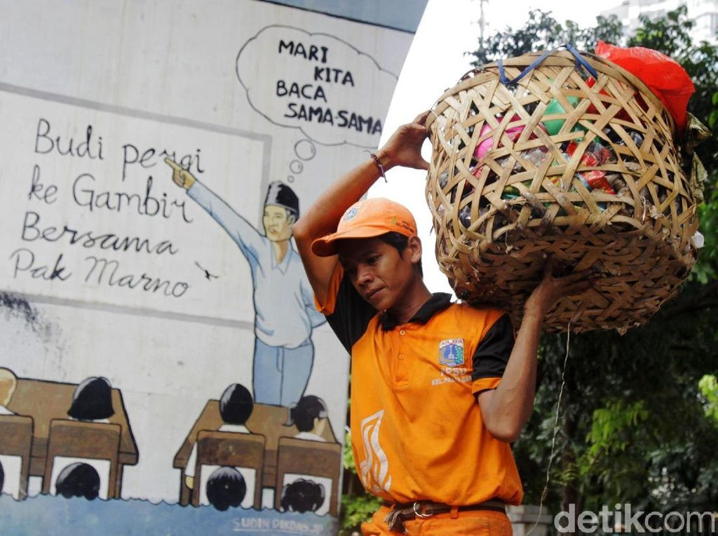 Sampah di Kolong Rel Juanda Dibersihkan