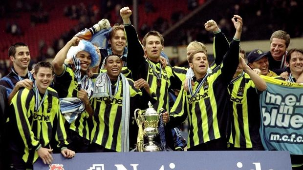 Pemain Manchester City merayakan kemenangan di babak playoff untuk bisa meraih tiket promosi ke Division One pada 30 mei 1999