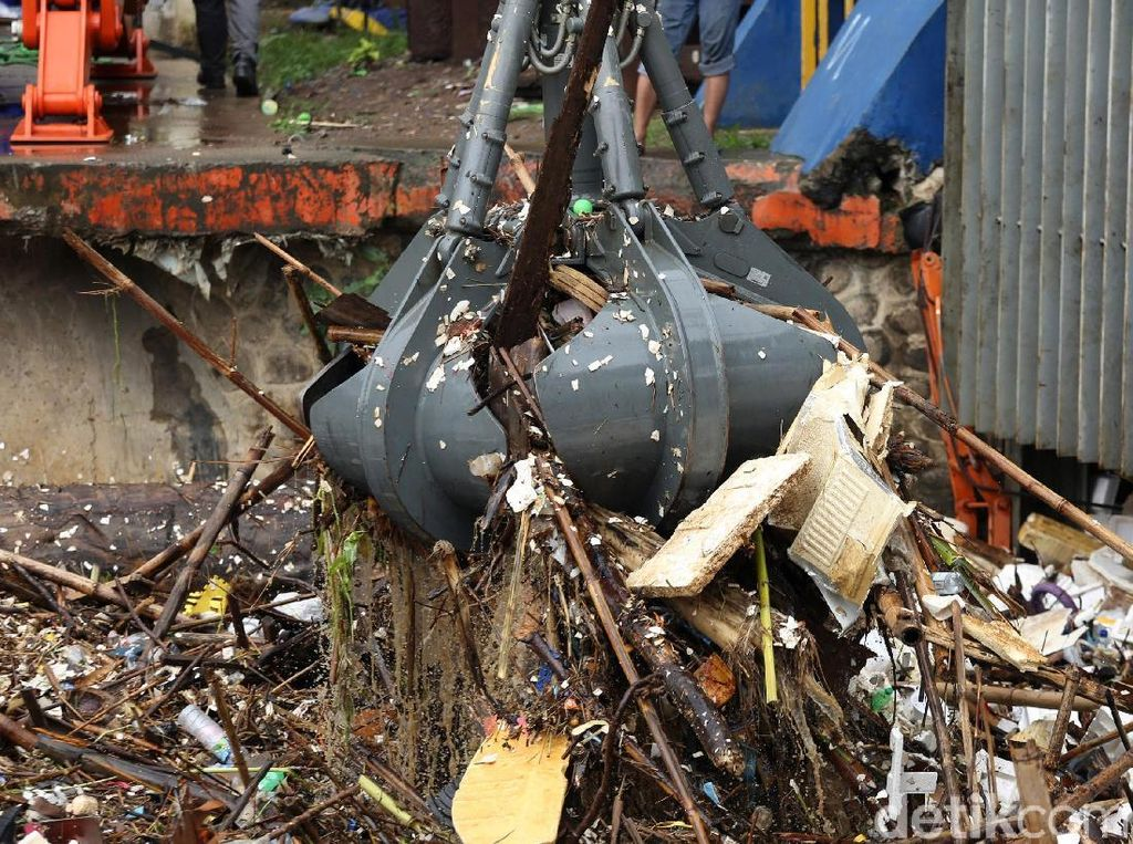 Ironi Sampah Kulkas Hingga Lemari di Tengah Banjir