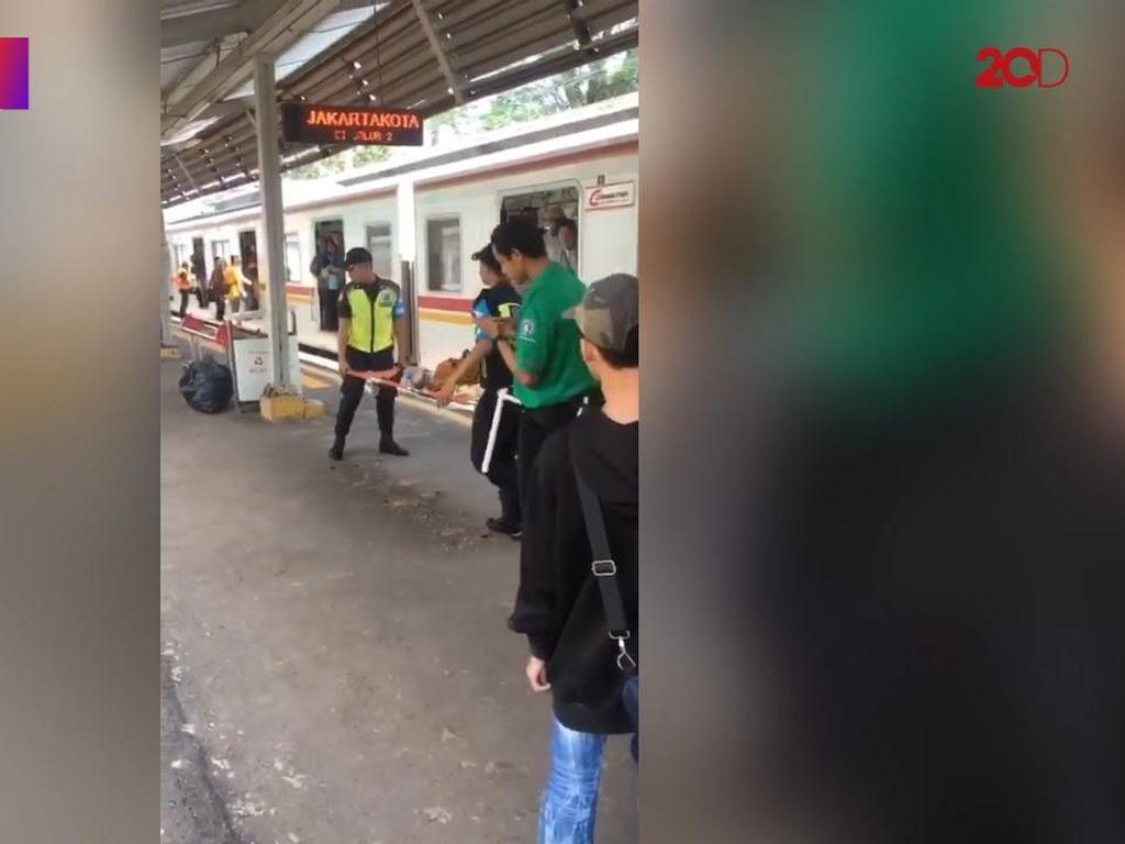 Detik-detik Wanita Melahirkan di Dalam KRL di Stasiun UI